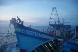 Đã hút được khoảng 5.000 lít dầu ra khỏi tàu bị chìm ở Bình Thuận