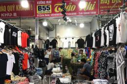 Đồng hồ được bán theo cân tại chợ Ninh Hiệp