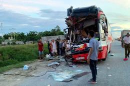Nghệ An: Xe du lịch đâm xe container làm 1 người chết, 14 người bị thương