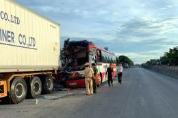 Chuyển các nạn nhân vụ xe du lịch đâm xe container ở Nghệ An ra Hà Nội điều trị
