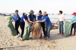 Hoa hậu Việt Nam 2018 cùng 200 đoàn viên làm sạch bờ biển Quảng Bình