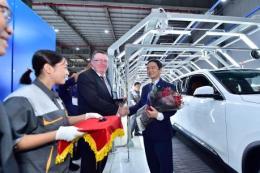 Độc và lạ: Khách hàng tự lái xe rời băng chuyền sản xuất ô tô VinFast
