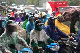 Giao thông tại Hà Nội sau cơn mưa lớn đầu giờ sáng