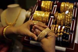 Giá vàng vọt lên gần mức cao nhất trong 6 năm
