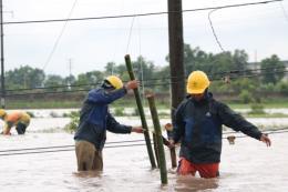 Công nhân điện lực Hải Dương dầm mình trong mưa bão khắc phục sự cố lưới điện