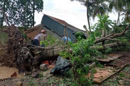 Cần Thơ: Mưa dông làm sập, tốc mái 83 căn nhà