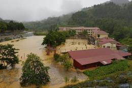 Mưa lớn gây sạt lở, tắc đường và ngập úng trường học ở vùng cao Si Ma Cai