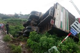 Bình Phước: Xe tải lao xuống vực, tài xế thoát chết trong gang tấc