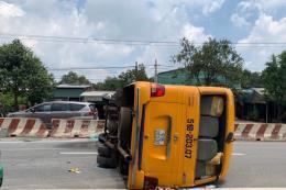 Xe khách bất ngờ lật ngang đường khiến nhiều người bị thương