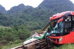 Xe khách đâm vào xe tải đỗ ven đường, 14 người thương vong