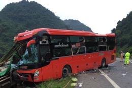Tin mới về vụ xe khách đâm vào xe tải đỗ ven đường tại Hòa Bình