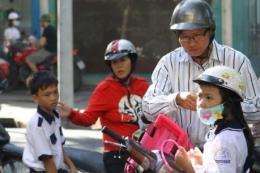 Xử nghiêm hành vi chở trẻ em đi xe máy không đội mũ bảo hiểm