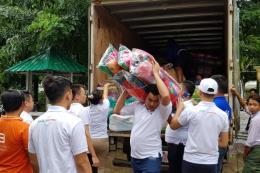 Người Việt tại Myanmar cứu trợ nhân dân vùng lũ ở bang Mon