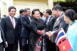 Chủ tịch Quốc hội gặp gỡ cán bộ Đại sứ quán và cộng đồng người Việt Nam tại Thái Lan