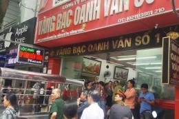 Hàng chục người dân vây cửa hàng vàng bạc đòi tiền gửi