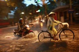 Mưa to khiến một số tuyến phố ở Hà Nội bị ngập úng