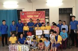 Đoàn thanh niên Cục Quản lý thị trường Lạng Sơn tặng quà tại mái ấm Vinh Sơn