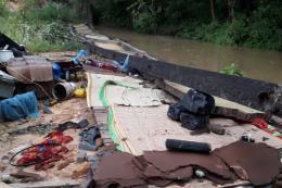 Tường rào nhà máy bất ngờ đổ sập trong đêm, 3 người tử vong