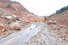 Thiếu kinh phí, đường tránh đèo Văn Rơi ngập chìm trong đất đá