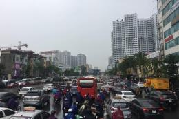 Mưa lớn, nhiều tuyến đường Hà Nội ngập úng, ách tắc cục bộ