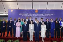 Thủ tướng tiếp các chuyên gia quốc tế dự Diễn đàn Cải cách và Phát triển Việt Nam 2019