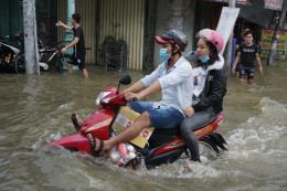 Nhiều tuyến đường ở thành phố Long Xuyên ngập sâu vì triều cường