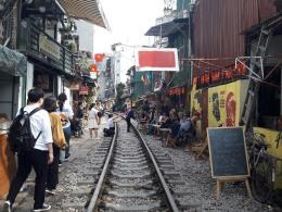 Bộ Giao thông Vận tải đề nghị giải tán tụ điểm cà phê trên đường tàu tại Hà Nội