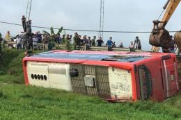Lật xe khách giường nằm ở Hà Tĩnh làm nhiều người thương vong