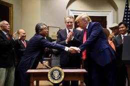 """""""Cột mốc"""" mới trong quan hệ thương mại Mỹ-Nhật Bản"""