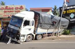 Xe tải chở củ mì mất thắng, tuột dốc, đâm sập nhà dân