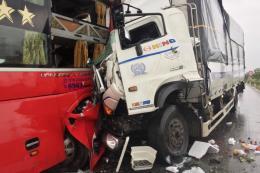 Xe tải đấu đầu xe khách, ít nhất 11 người thương vong