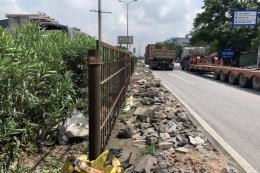 Tràn lan rác thải dọc dải phân cách trên quốc lộ 5
