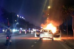 Xe ô tô con đột nhiên bốc cháy khi đang chạy