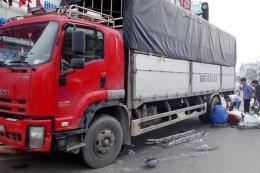 Xe tải tông 6 xe máy dừng chờ đèn đỏ, nhiều người bị thương