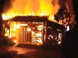 Cháy lớn thiêu rụi ba nhà hàng trong đêm