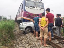 Taxi kẹt vào đường ray khi tàu chở hàng đang tới khiến tài xế tử vong