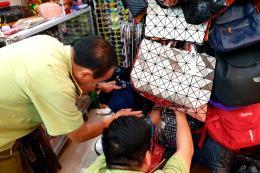Phát hiện hàng trăm túi xách giả thương hiệu tại Saigon Square và Lucky Plaza