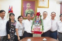 Trao quà Tết cho bà con gốc Việt khó khăn ở Campuchia