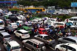 Ùn tắc giao thông kéo dài ở các tuyến đường gần sân bay Tân Sơn Nhất
