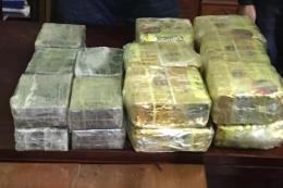 Bắt hai đối tượng người Lào vận chuyển 20 bánh heroin và 12kg ma tuý đá
