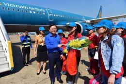 Hơn 1.000 người lao động tiêu biểu về quê đón Tết trên chuyến bay của Vietnam Airlines