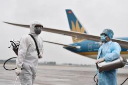 Chùm ảnh về khử trùng máy bay Vietnam Airlines giữa tâm dịch nCoV