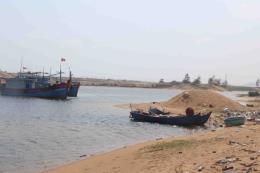 Tàu thuyền Phú Yên gặp khó khi ra vào khu neo đậu, tránh trú bão